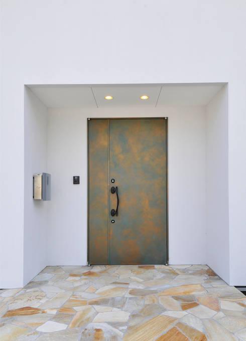 Puertas y ventanas de estilo ecléctico por ディアーキテクト設計事務所