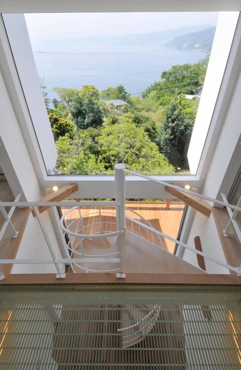 大窓: ディアーキテクト設計事務所が手掛けた廊下 & 玄関です。