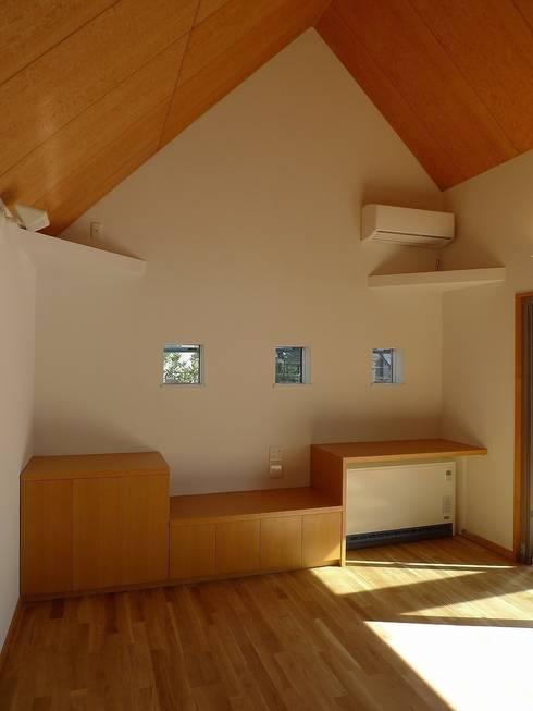 居間東: 桑原建築設計室が手掛けたリビングです。