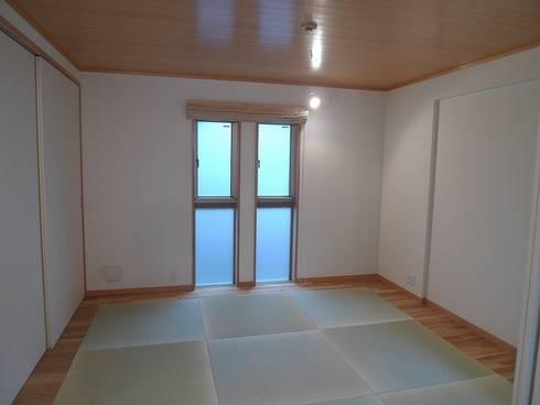 ゲストルーム: 桑原建築設計室が手掛けた寝室です。