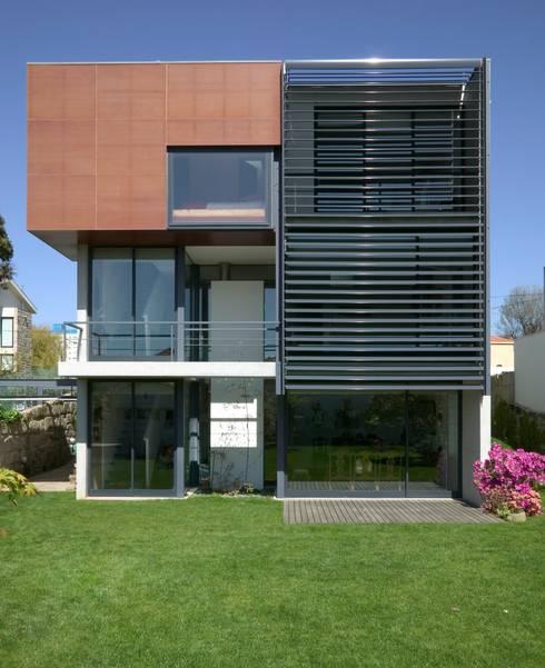 Casa III: Casas modernas por A. BURMESTER ARQUITECTOS
