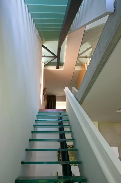 Casa III: Corredores e halls de entrada  por A. BURMESTER ARQUITECTOS