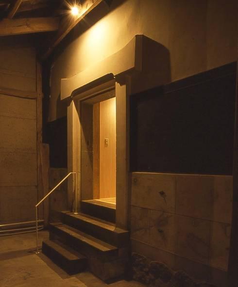 下屋スペースの蔵入り口: 家山真建築研究室 Makoto Ieyama Architect Officeが手掛けた家です。