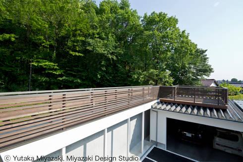 渡り廊下と屋根上デッキの家・渡り廊下: 宮崎豊・MDS建築研究所が手掛けた家です。