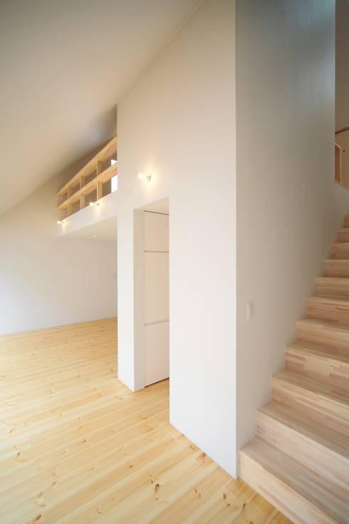 意外に近い2階: 星設計室が手掛けた廊下 & 玄関です。
