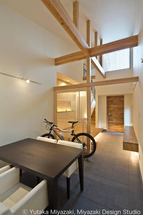 渡り廊下と屋根上デッキの家・エントランス土間スペース: 宮崎豊・MDS建築研究所が手掛けた和室です。