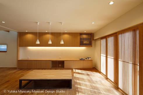 渡り廊下と屋根上デッキの家・リビングダイニング: 宮崎豊・MDS建築研究所が手掛けたリビングです。