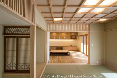 渡り廊下と屋根上デッキの家・和室: 宮崎豊・MDS建築研究所が手掛けたリビングです。