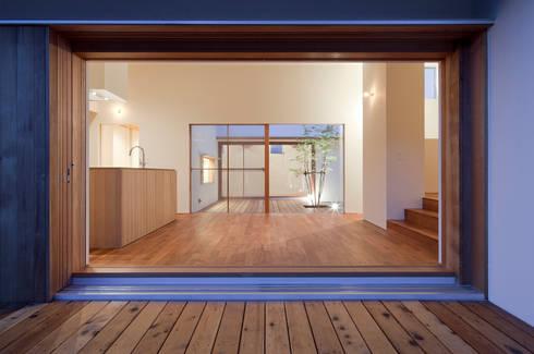 高浜の家 ダイニングを介して中庭を見る: 松原建築計画 / Matsubara Architect Design Officeが手掛けたリビングです。