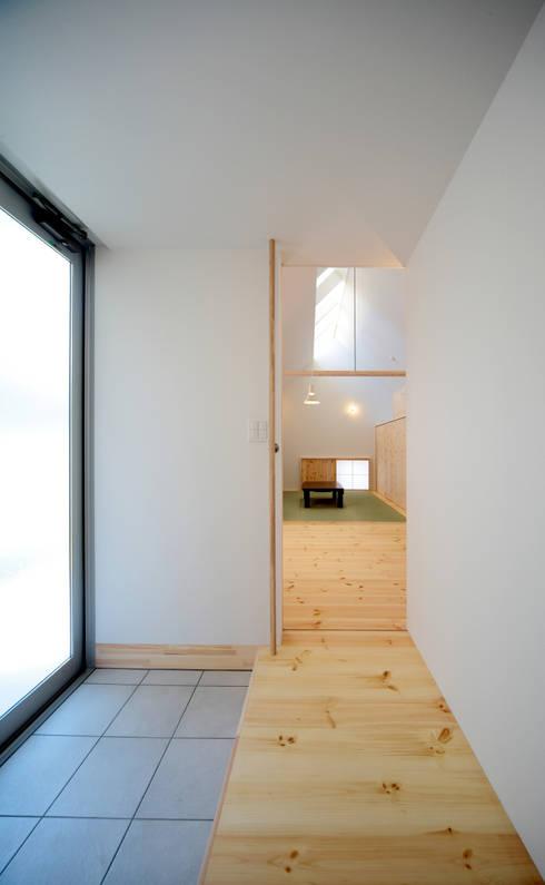 親世帯の玄関: 星設計室が手掛けた廊下 & 玄関です。