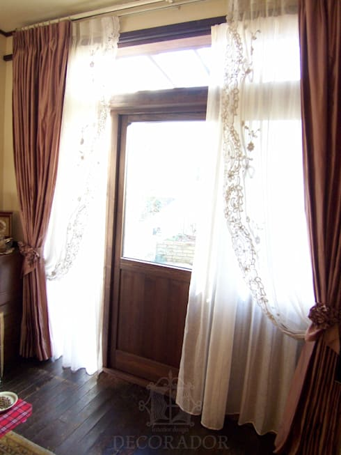 シルクのカーテンとアンティークレース: DECORADOR デコラドールが手掛けた窓&ドアです。