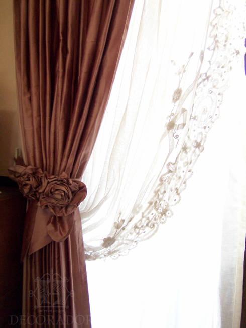 バラのコサージュ付タイバック: DECORADOR デコラドールが手掛けた窓&ドアです。