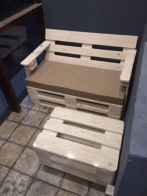 Диван и журнальный столик на балкон : Балкон, веранда и терраса в . Автор – WoodMorning!_pallet joinery