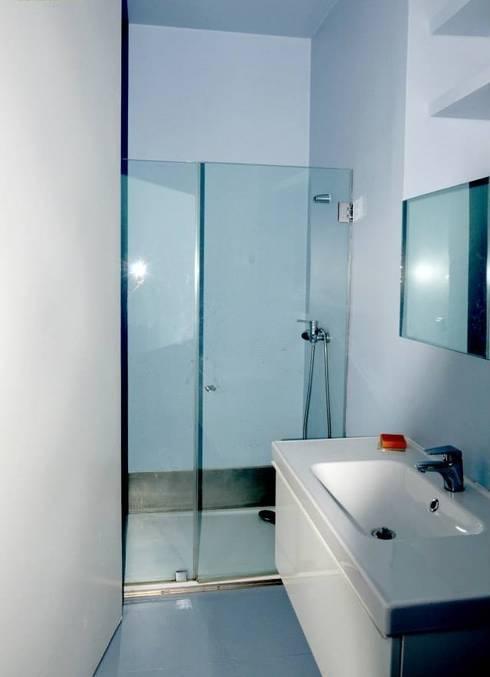 Reabilitação de Prédio  Rústico em Carcavelos: Casas de banho minimalistas por adoroaminhacasa