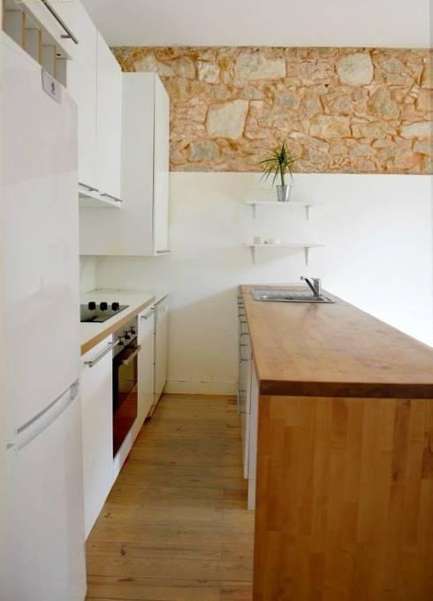 Reabilitação de Prédio  Rústico em Carcavelos: Cozinhas minimalistas por adoroaminhacasa