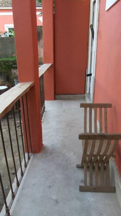 Reabilitação de Prédio  Rústico em Carcavelos: Casas rústicas por adoroaminhacasa
