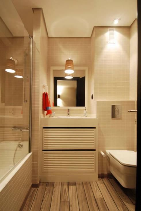 Decoración de casa moderna y actual para familia con niños: Baños de estilo  de Sube Susaeta Interiorismo