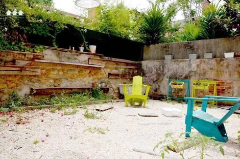 Reabilitação de Prédio  Rústico em Carcavelos: Jardins rústicos por adoroaminhacasa