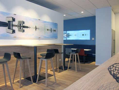 Blick auf Stehtische und Sitzbank:  Bürogebäude von hansen innenarchitektur materialberatung