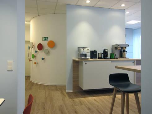 Blick auf Kaffeestation und Garderobe:  Bürogebäude von hansen innenarchitektur materialberatung