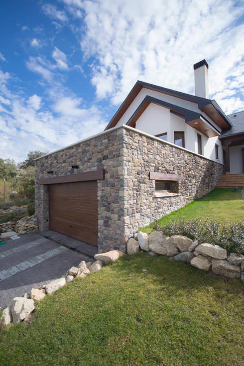 Garaje en Sótano revestido en piedra: Garajes de estilo  de Canexel