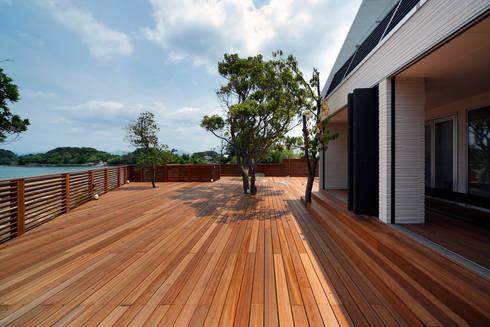 白浜の別荘: 一級建築士事務所 増田寿史建築事務所が手掛けたベランダです。