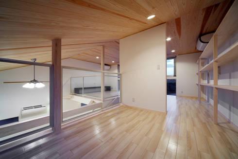 白浜の別荘: 一級建築士事務所 増田寿史建築事務所が手掛けた寝室です。