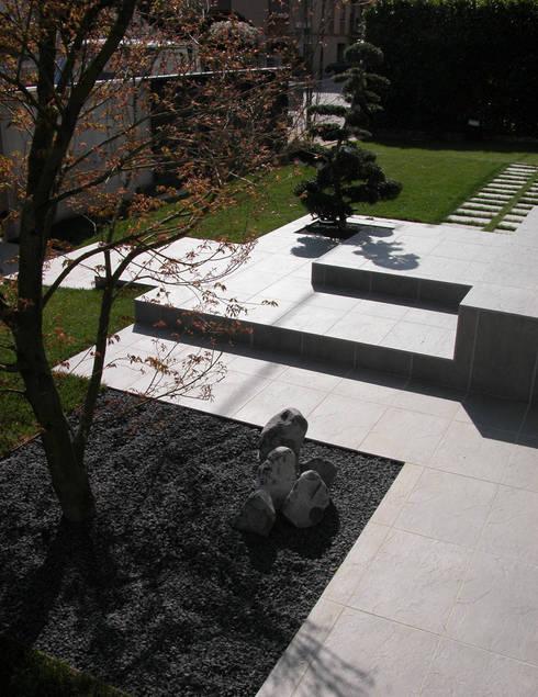Un giardino a Padova.: Giardino in stile in stile Minimalista di ESTERNIDAUTORE