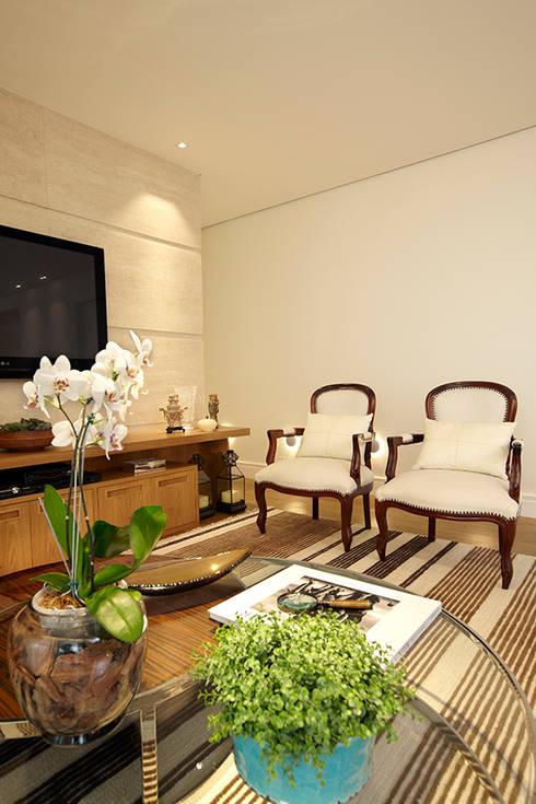 LIVING: Sala de estar  por JULIANA MUCHON ARQUITETURA E INTERIORES