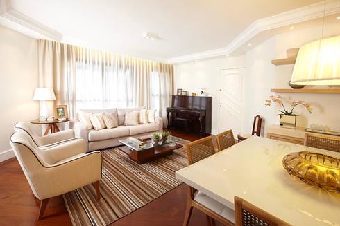 LIVING E JANTAR: Sala de estar  por JULIANA MUCHON ARQUITETURA E INTERIORES