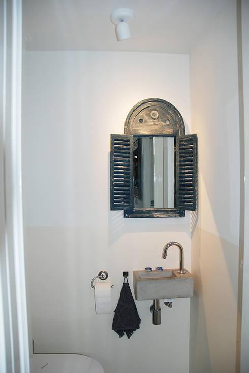 Toilet: moderne Badkamer door Puurbouwen