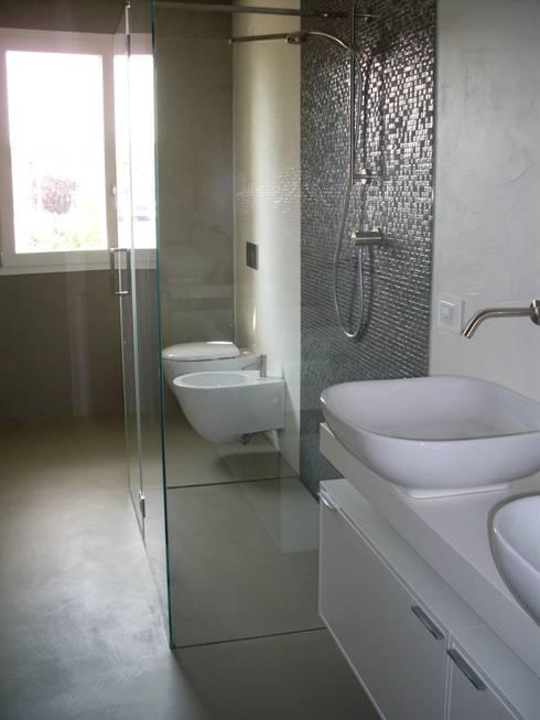 Baños de estilo moderno de SILVERPLAT