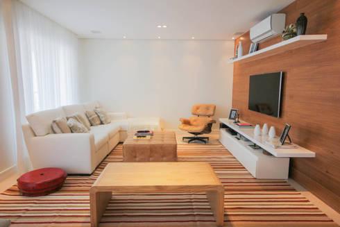 LIVING E SALA DE TV : Sala de estar  por JULIANA MUCHON ARQUITETURA E INTERIORES