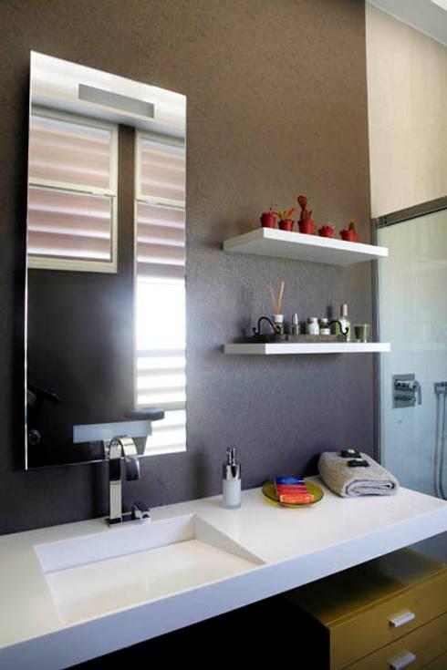 Baño revestimiento vinílico_SUELOS Y PAREDES: Baños de estilo moderno de SUELOS Y PAREDES SIN OBRAS