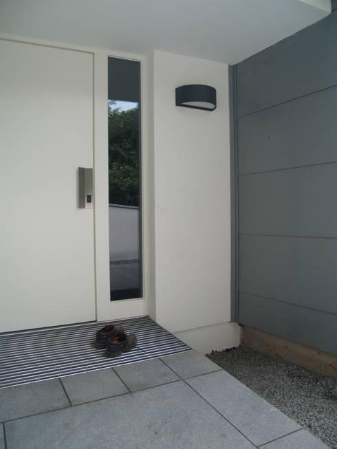 Einfamilienhaus Neubau: moderne Fenster & Tür von Cousin Architekt - Ökotekt