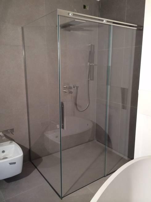 Box doccia scorrevole su misura: Bagno in stile  di SILVERPLAT