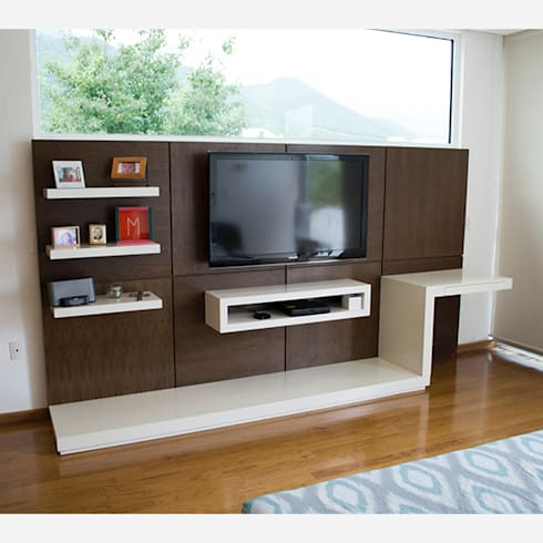 Mueble de TV con escritorio para recámara: Sala multimedia de estilo  por MADERISTA