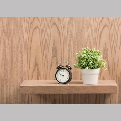 Mueble de TV con consola escalonada - acercamiento2: Sala multimedia de estilo  por MADERISTA