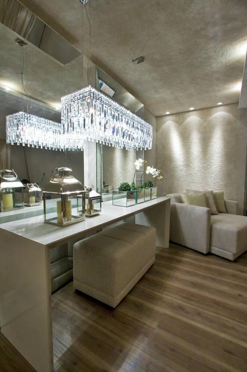 Suíte Casal – Casa Cor PR 2010: Quartos  por Rolim de Moura Arquitetura e Interiores