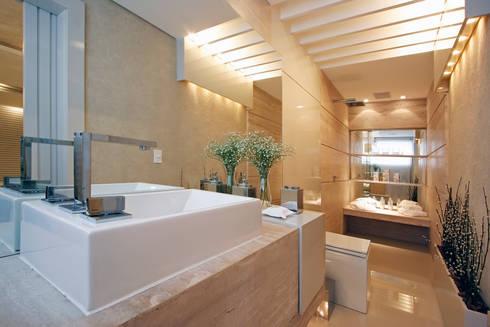 Suíte Casal – Casa Cor PR 2010: Banheiros modernos por Rolim de Moura Arquitetura e Interiores