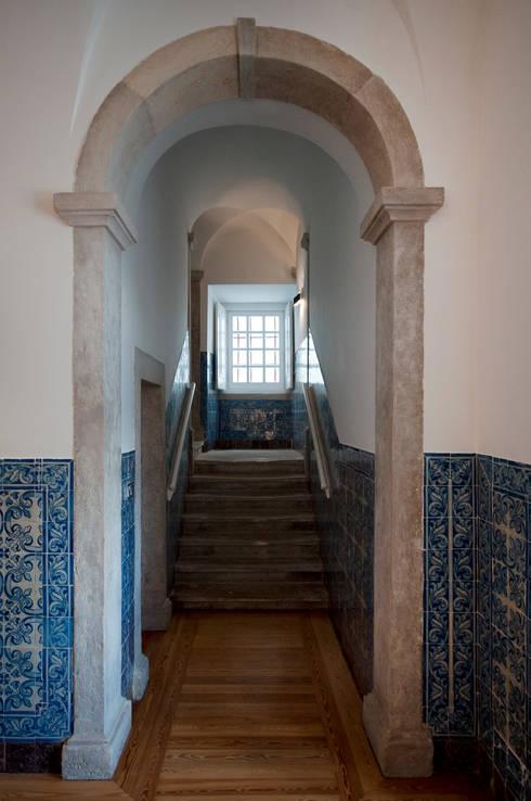 escadas: Corredores e halls de entrada  por Home Staging Factory