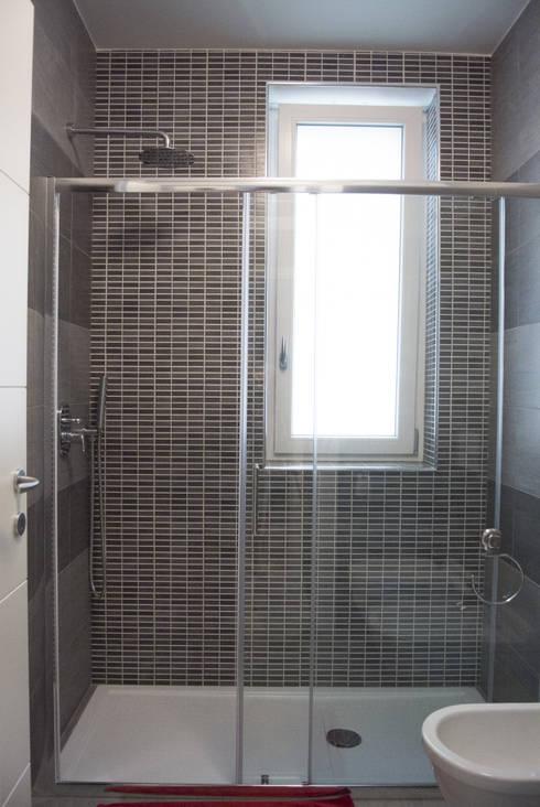 Doccia: Bagno in stile  di Studio di architettura Miletta