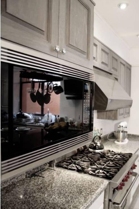Estantería de cocina: Cocinas de estilo moderno por Quinto Distrito Arquitectura