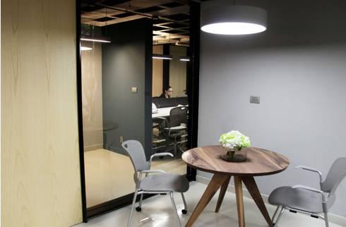 Espacio informal en privado gerencial: Oficinas y tiendas de estilo  por Quinto Distrito Arquitectura