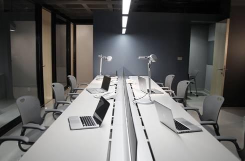 Área de trabajo abierta: Oficinas y tiendas de estilo  por Quinto Distrito Arquitectura