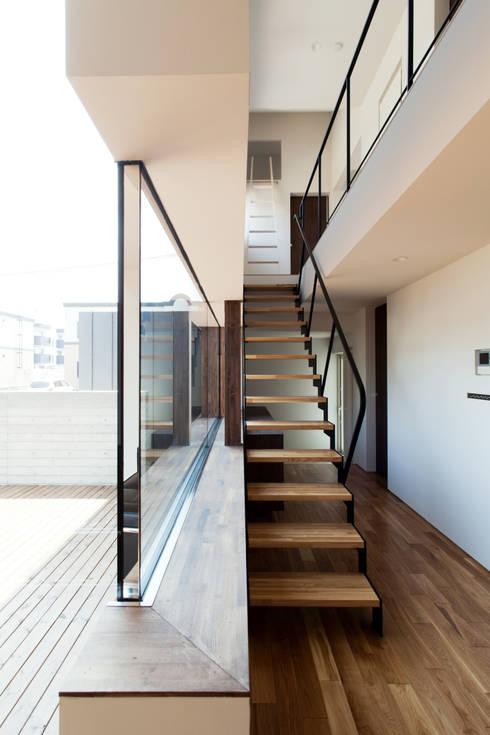 造作サッシとホール: 一級建築士事務所 Atelier Casaが手掛けた廊下 & 玄関です。
