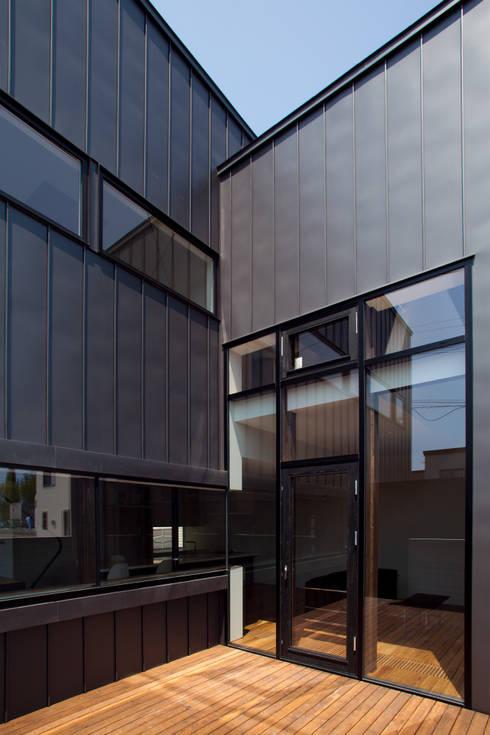 センターコート: 一級建築士事務所 Atelier Casaが手掛けたテラス・ベランダです。
