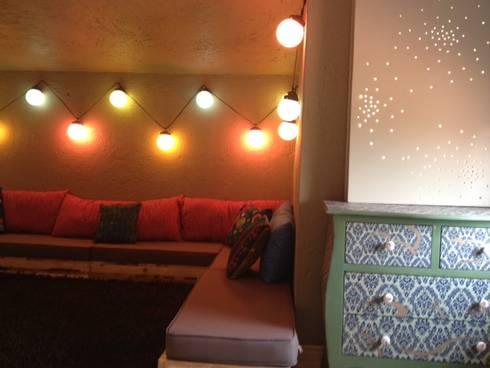 Sala bohemia en tapanco: Recámaras infantiles de estilo ecléctico por Quinto Distrito Arquitectura