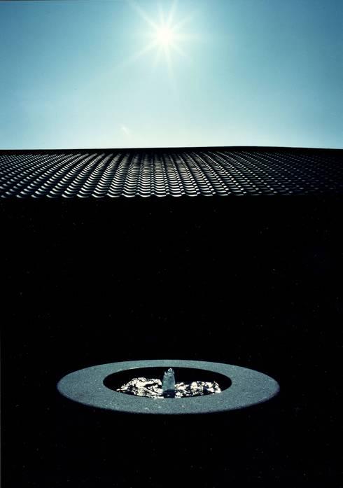 噴水と瓦: 松井建築研究所が手掛けた家です。
