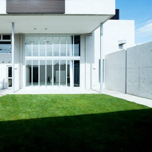 F House and Studio: 有限会社クリエデザイン/CRÉER DESIGN Ltd.が手掛けた庭です。
